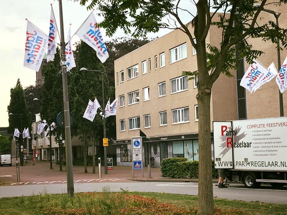 Jaarmarkt vlaggen hangen...